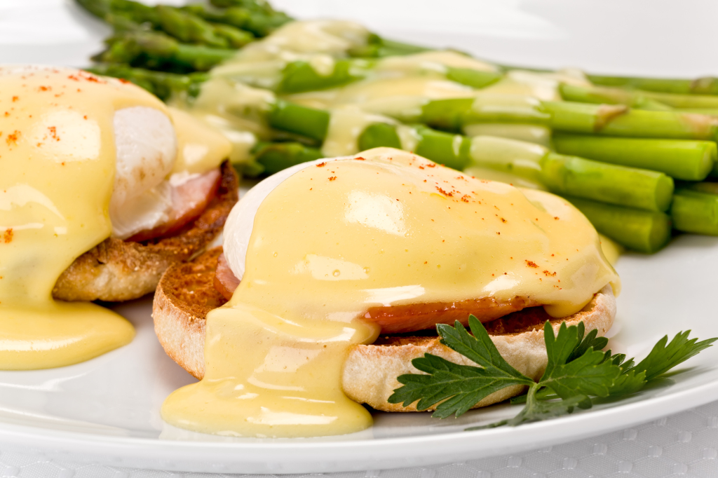 Eggs-Benedict-Classic-with-Asparagus