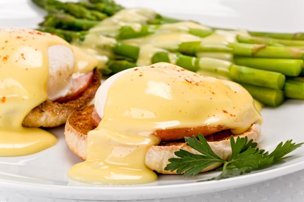 Eggs-Benedict-Classic-with-Asparagus